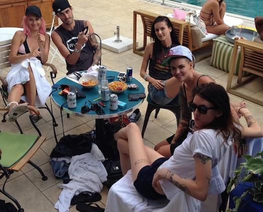 Catherine fotografía en su Instagram a su nueva novia,  Emily Hope (con camiseta blanca), y a su ex, Ruby Rose (con gorra).