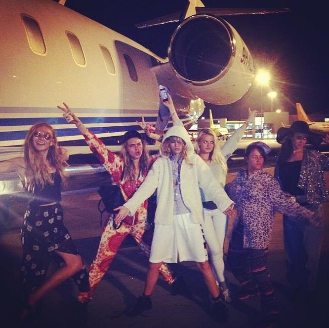 Cara Delevingne y su séquito de 'bestfriends' a punto de subir al avión privado rumbo a Ibiza.