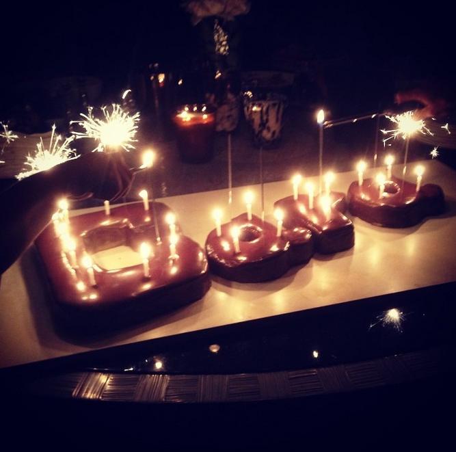El pastel de cumpleaños que le tenían preparado era su nombre hecho con tarta de chocolate.