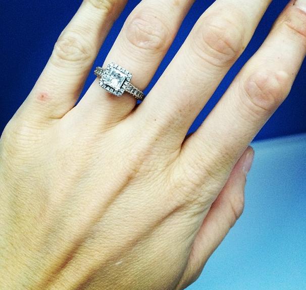 """""""Estoy tan orgullosa de llevar este anillo"""", publicaba  Phoebe en su cuenta de Instagram."""