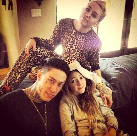 Miley Cyrus con dos de sus numerosos hermanos: Trace, el componente del grupo Metro Station, y Noah, la pequeña de la familia.