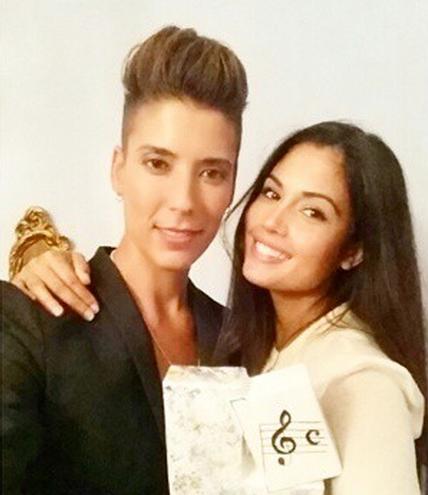 Vanesa y Patricia sosteniendo el Premio de la Música y las Artes Escénicas 'Ciudad de Talavera' que la cantante acababa de recibir.