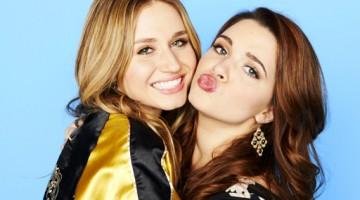"Rita Volk y Katie Stevens son las farsantes protagonistas de ""Faking it"""