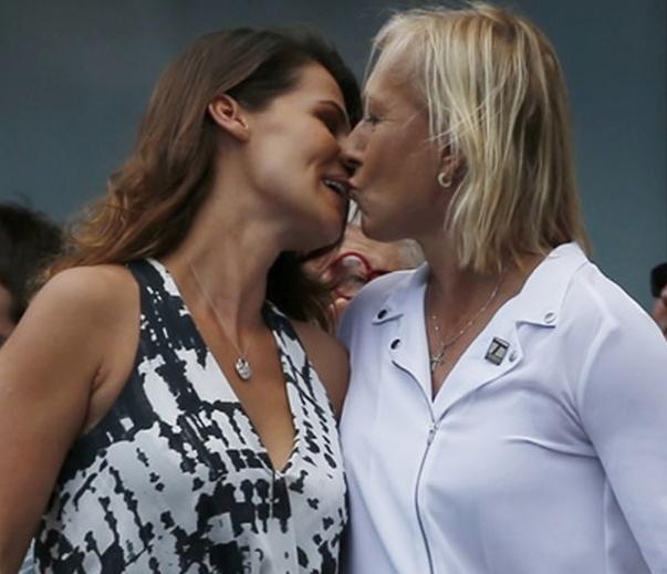 Martina Navratilova besa a su novia Julia Lemigova después de pedirle matrimonio en pleno Open USA.