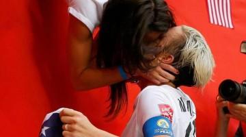 Abby Wambach acudió a la grada para reunirse con su chica y besarla  para celebrar el título.