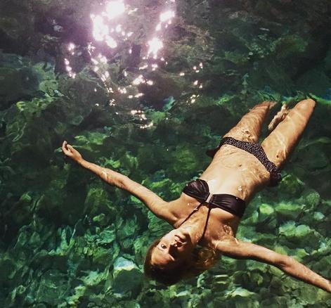 Maggie Civantos descubriendo los cenotes...