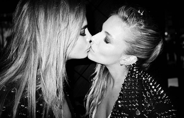 Cara Delevingne y Sienna Miller se comen a besos