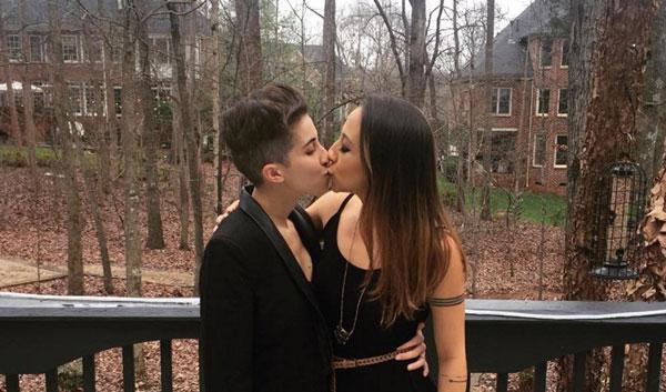 El lesbibeso navideño de las lesbimamis de Instagram