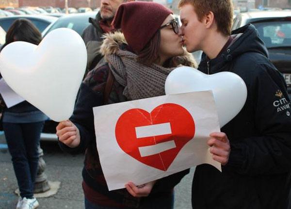 Italia aprueba las uniones homosexuales pero con un matrimonio edulcorado