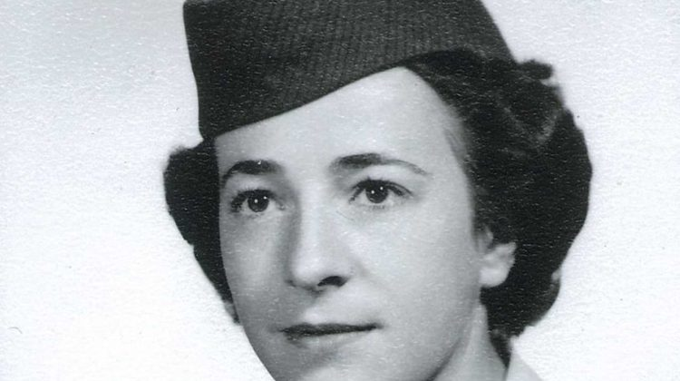 Veterana lesbiana de las Fuerzas Armadas recibe honores