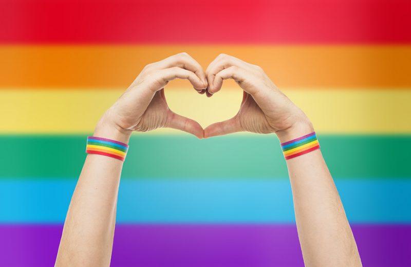 Pegatinas homófobas en una asociación LGTBI