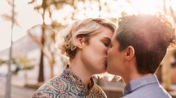 Besada lésbica frente a un convento